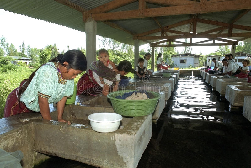 Lavagem indiana das mulheres de Ixil na lavandaria interna imagem de stock royalty free