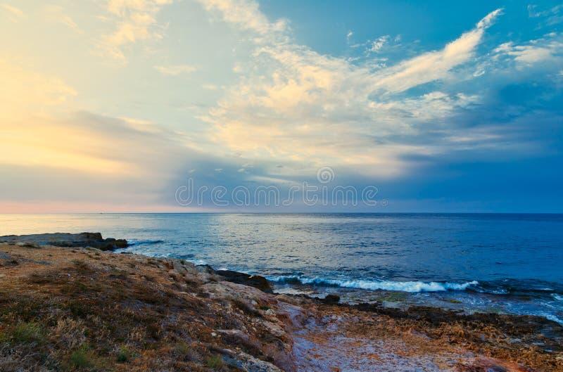 Lavagem macia das ondas de oceano do mar sobre o fundo dourado da areia Por do sol, nascer do sol, Sun imagens de stock