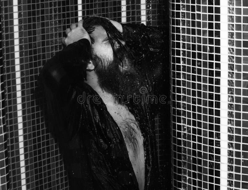 Lavaggi bei dell'uomo in doccia fotografia stock
