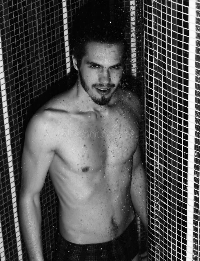 Lavaggi bei dell'uomo in doccia fotografia stock libera da diritti