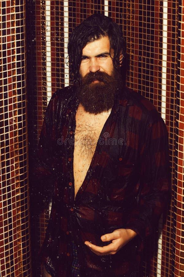Lavaggi bei dell'uomo in doccia immagine stock