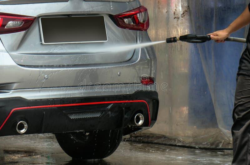 Lavaggio dell'automobile con usando acqua ad alta pressione , Fine sul concetto fotografie stock
