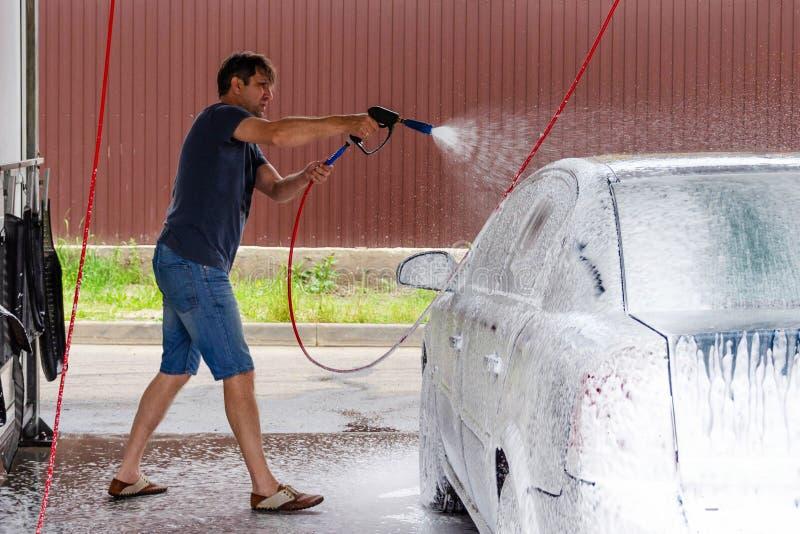 Lavaggio dell'automobile facendo uso dell'acqua ad alta pressione immagine stock libera da diritti
