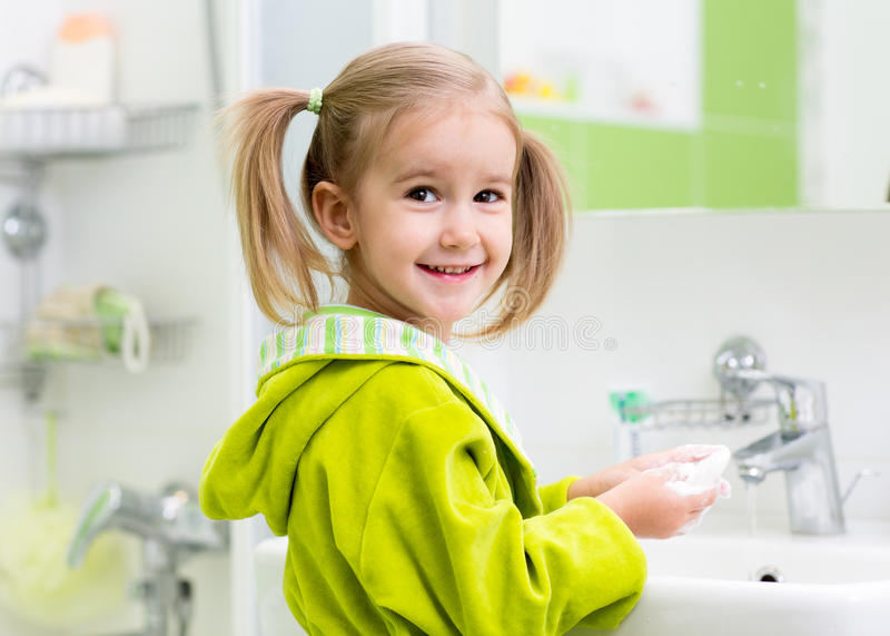 Lavaggio della ragazza del bambino nel bagno fotografia stock libera da diritti