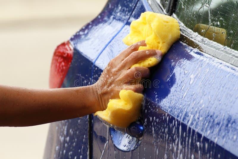 Lavaggio di automobile esterno con la spugna gialla fotografia stock libera da diritti