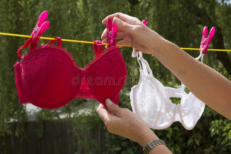 Lavaggio di incavigliamento della donna sul filo stendiabiti immagine stock libera da diritti