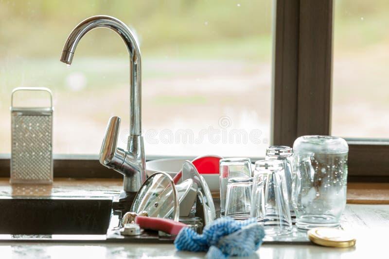 Lavaggio in su lavandino e stoviglie di cucina fotografia stock libera da diritti