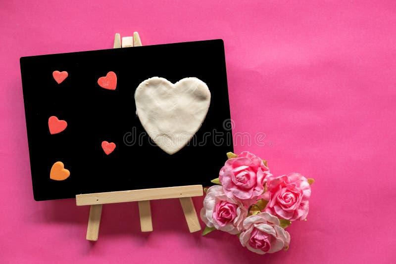 Lavagna con amore gli stessi cuori sullo spazio rosa della copia e del fondo, icona di amore, giorno di biglietti di S. Valentino fotografie stock libere da diritti
