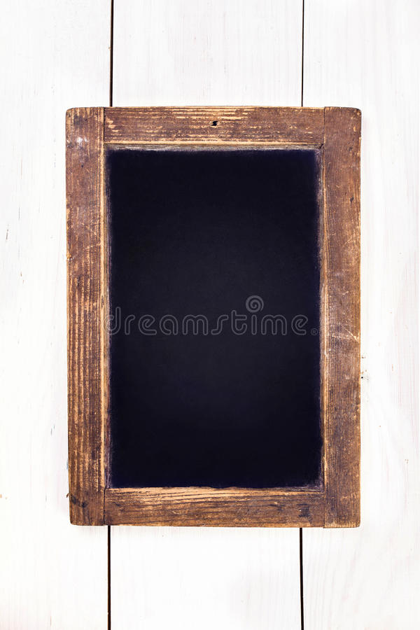 Lavagna d'annata che appende sul fondo di legno. Boa in bianco del gesso immagine stock libera da diritti