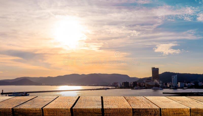 Lavagna di legno vuota con spazio di copia per uno sfondo pubblicitario e uno sfondo con sfondo moderno della trama della città fotografia stock