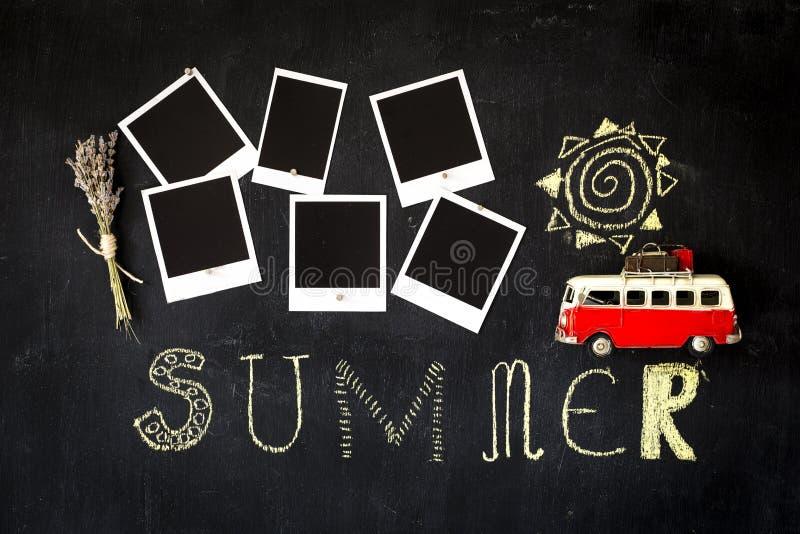 Lavagna di tema di estate con le retro strutture in bianco della foto e un furgone d'annata immagini stock libere da diritti