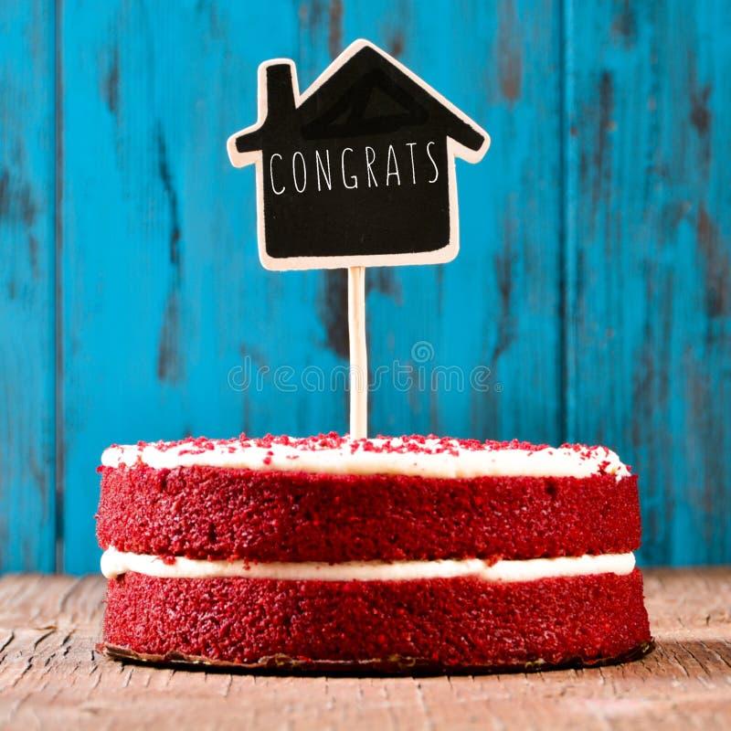 lavagna a forma di di casa con i congrats del testo in un dolce, con la a fotografie stock libere da diritti