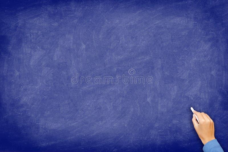 Lavagna - lavagna blu con la mano fotografia stock libera da diritti