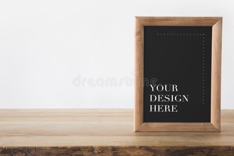lavagna nel telaio con testo la vostra progettazione qui su bianco fotografia stock libera da diritti