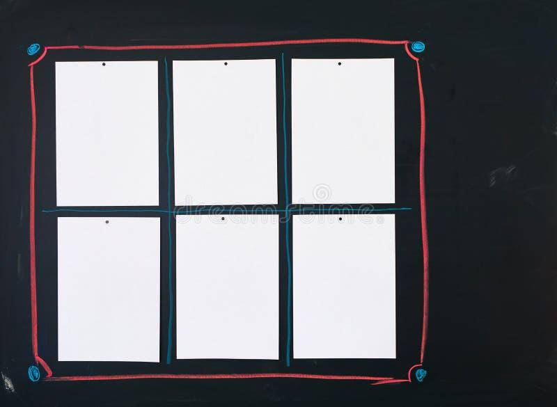 Lavagna nera con sei fogli di carta bianchi vuoti allegati a come bordo del messaggio, della fattura o del menue fotografia stock