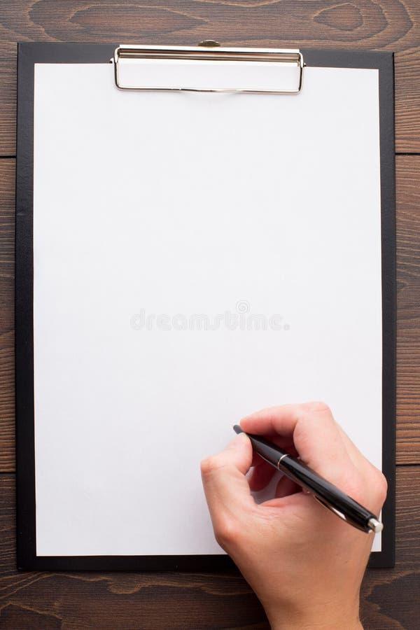 Lavagna per appunti con il foglio bianco di Libro Bianco e della penna fotografie stock libere da diritti