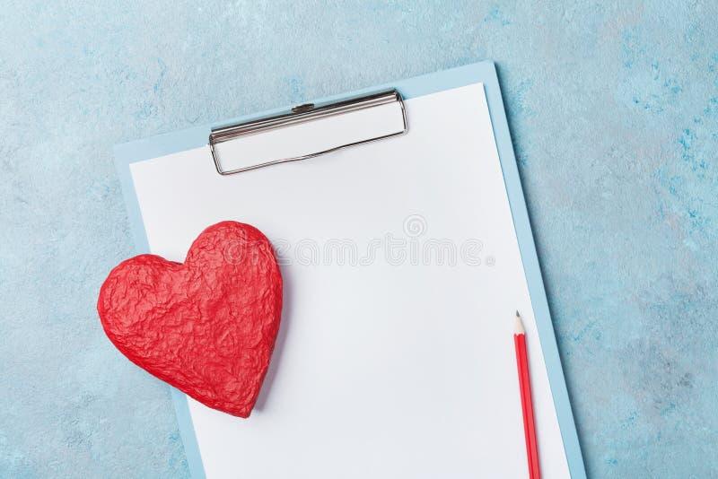 Lavagna per appunti della medicina e forma rossa di cuore sulla vista superiore del fondo blu Concetto di cardiologia e sano Copi fotografia stock