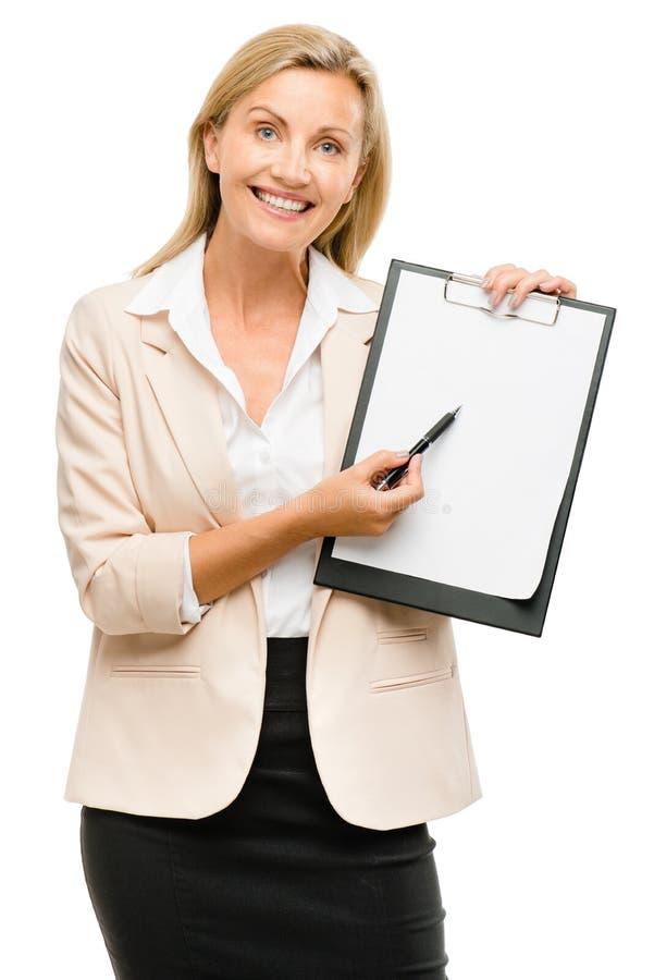 Lavagna per appunti felice della tenuta della donna di affari maturi isolata sulle sedere bianche immagini stock libere da diritti