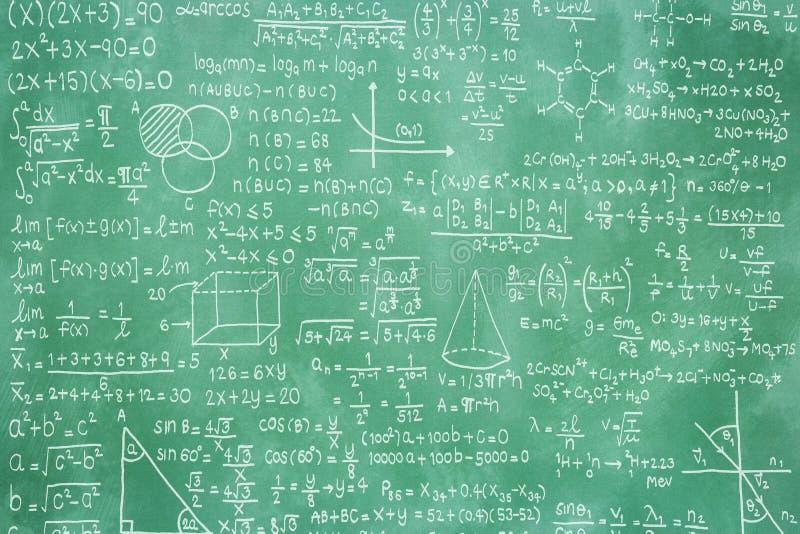 Lavagna verde con la formula di per la matematica fotografie stock