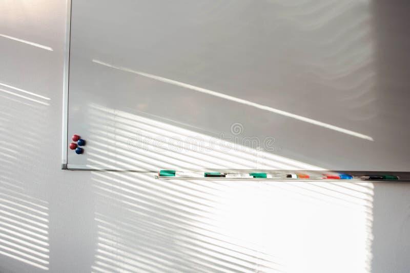 Lavagna vuota con le penne ed i magneti di indicatore Bordo bianco dell'ufficio di presentazione di affari pulisca con gli indica immagini stock