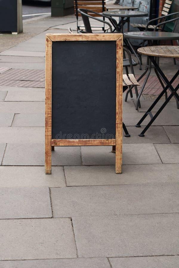 Lavagna vuota del ristorante sulla via immagini stock libere da diritti