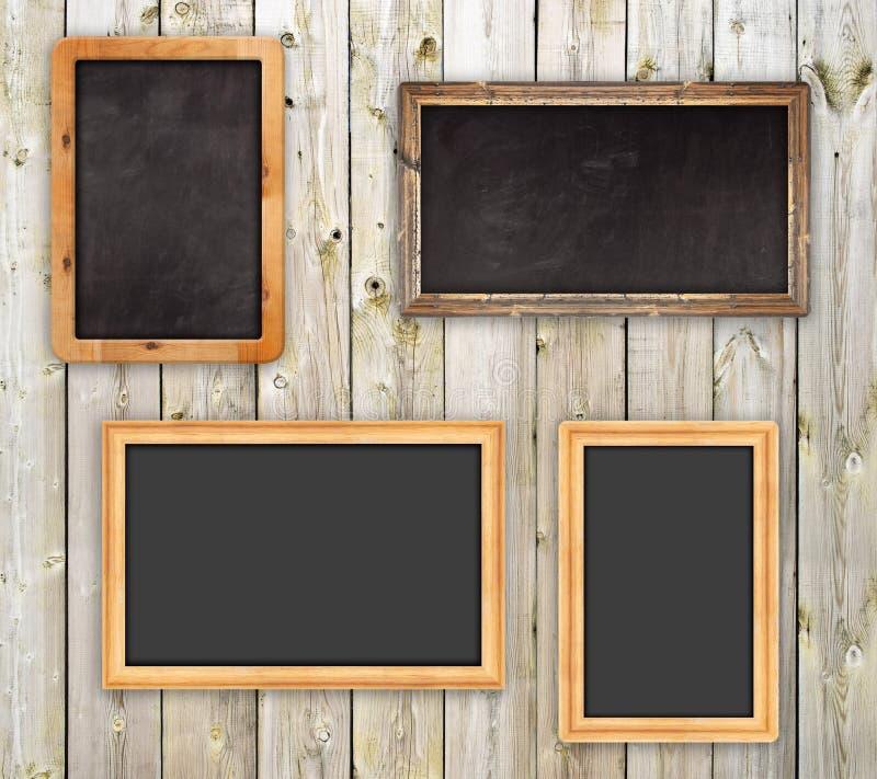 Lavagne sulla parete di legno fotografia stock