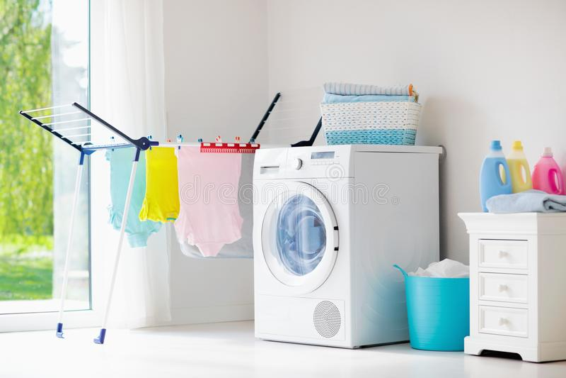 Lavandaria com máquina de lavar fotos de stock