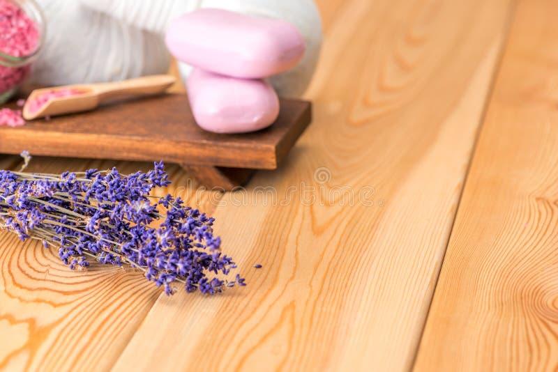 Lavande et savon secs avec l'extrait naturel de lavande pour des traitements de station thermale et la relaxation sur les conseil photo stock