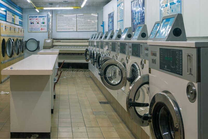 Lavandería automática vacía en Bruselas imagen de archivo