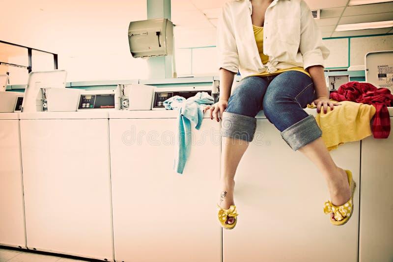 Lavanderia automatica su una mattina di fine settimana immagine stock libera da diritti