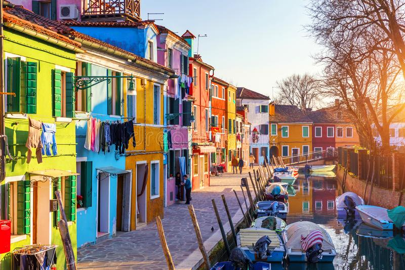 Lavanderia che appende dalle case tipiche dell'isola di Burano, Venezia, Italia Costruzioni multicolori e lavanderia che si asciu immagini stock