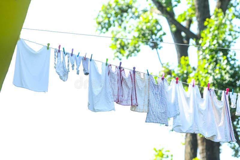 Lavanderia che appende sulla linea di lavaggio fotografia stock