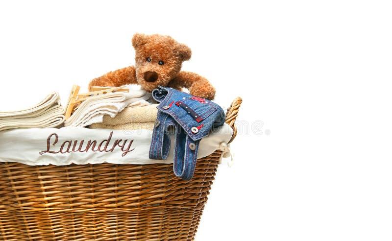 Lavanderia completamente das toalhas com urso de peluche fotografia de stock royalty free