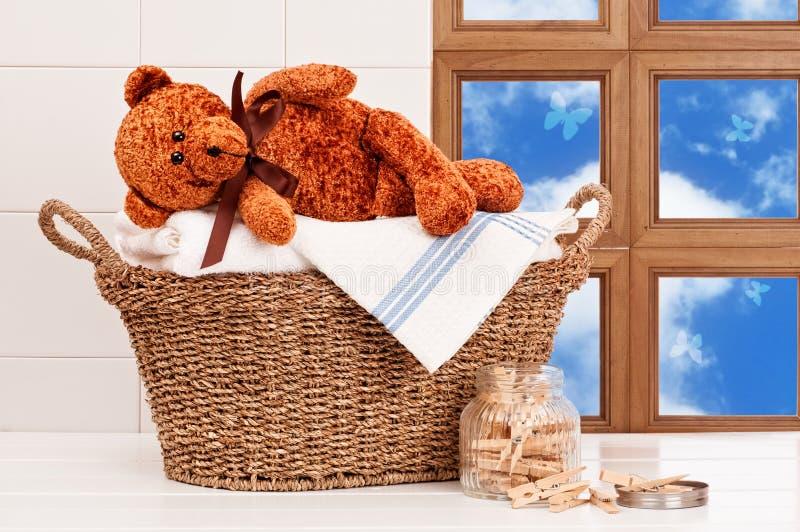Lavanderia con l'orsacchiotto fotografia stock