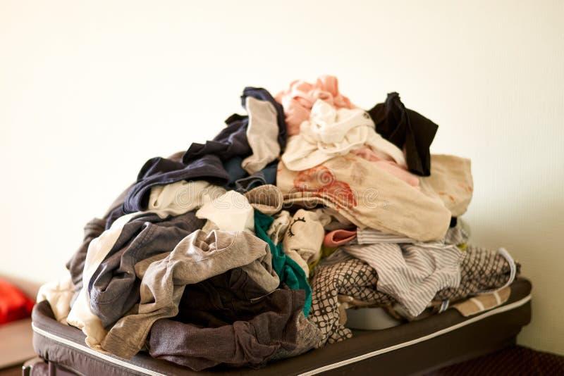Lavanderia de transbordamento em casa Copie o espa?o Vida real desarrumado chores imagem de stock royalty free