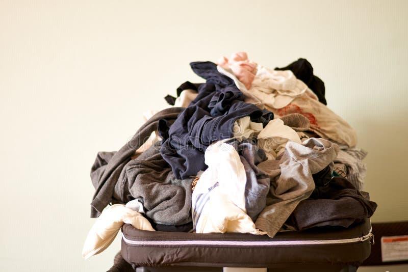 Lavanderia de transbordamento em casa Copie o espa?o Vida real desarrumado chores foto de stock