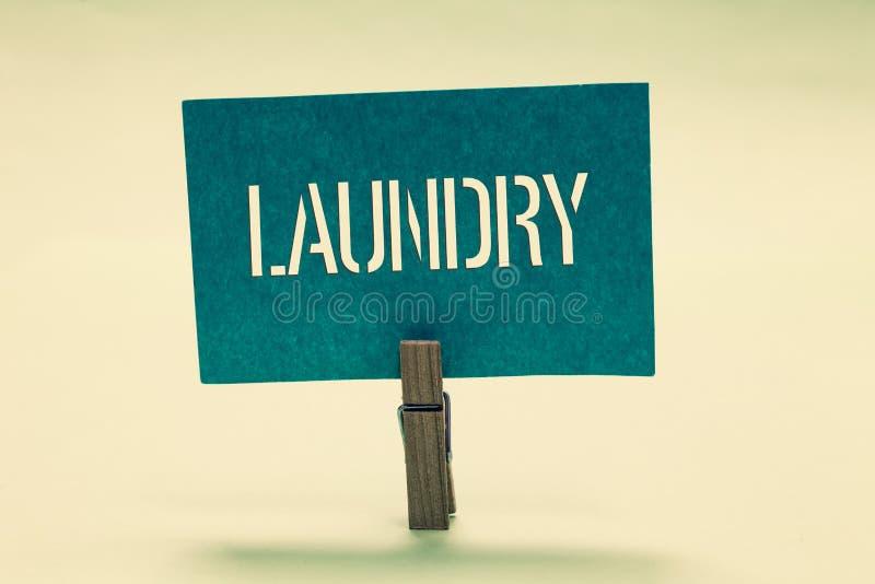 Lavanderia del testo della scrittura Il concetto che significa la stanza per le lavatrici di pulizia copre i tessuti per avere bi illustrazione di stock