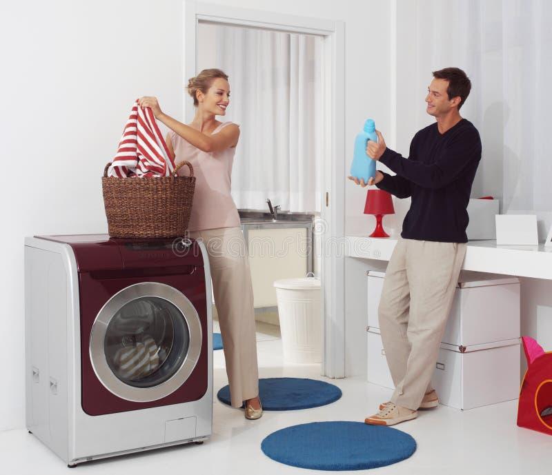 Lavanderia di Dooing con la lavatrice fotografie stock