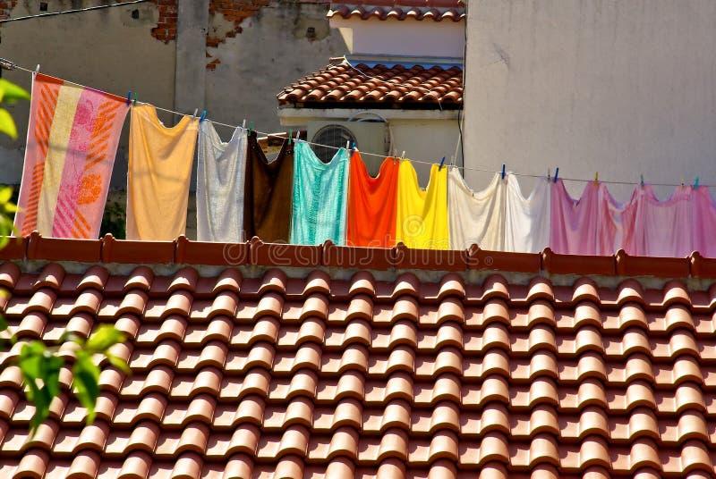 Lavanderia fresca che appende su un clothesline in città fotografia stock