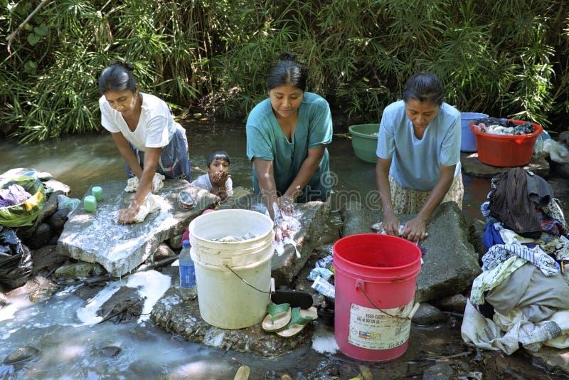 Lavanderia indiana da lavagem das mulheres no córrego de fluxo imagem de stock royalty free