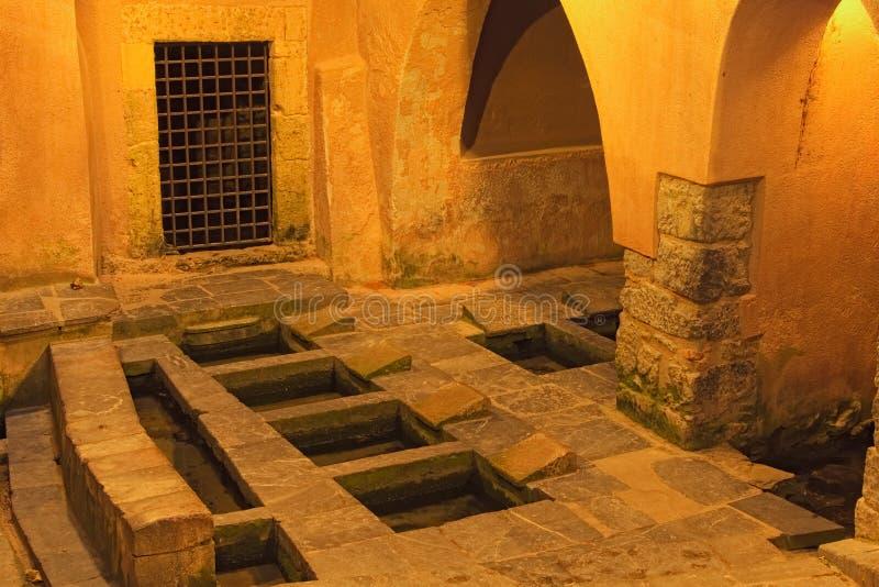 Lavanderia pubblica medievale in Cefalu alla notte Ciò è una dell'attrazione turistica principale Cefalu, Sicilia, Italia fotografie stock libere da diritti