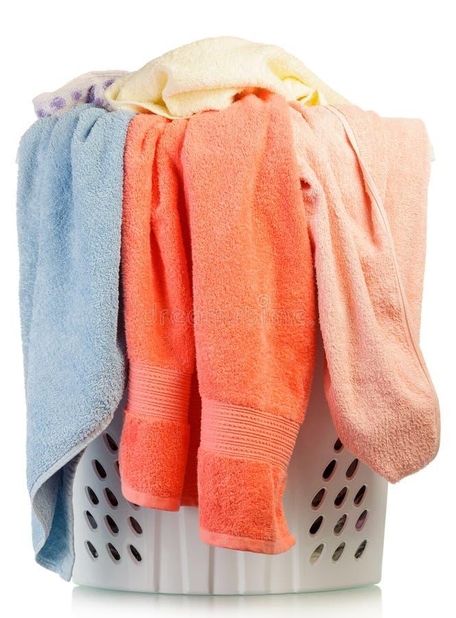 Lavanderia sporca in un canestro di lavaggio immagini stock libere da diritti