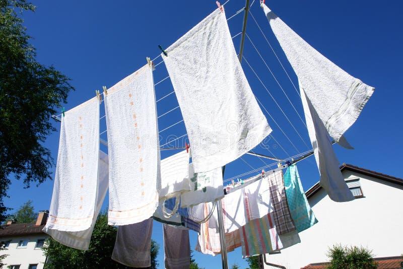 Lavanderia su un essiccatore di vestiti rotativo immagine stock libera da diritti