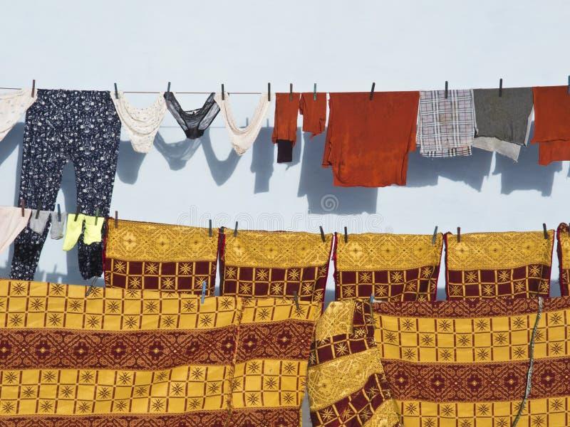 Lavanderia su una linea di lavaggio nel Marocco fotografia stock libera da diritti