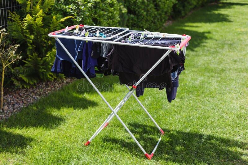 Lavanderia sull'essiccatore nel giardino immagine stock