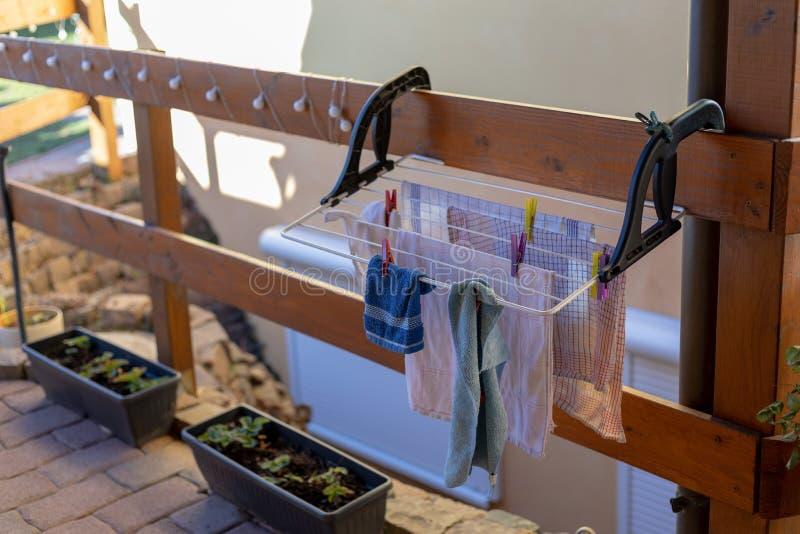 Lavanderia sull'essiccatore nel giardino fotografia stock
