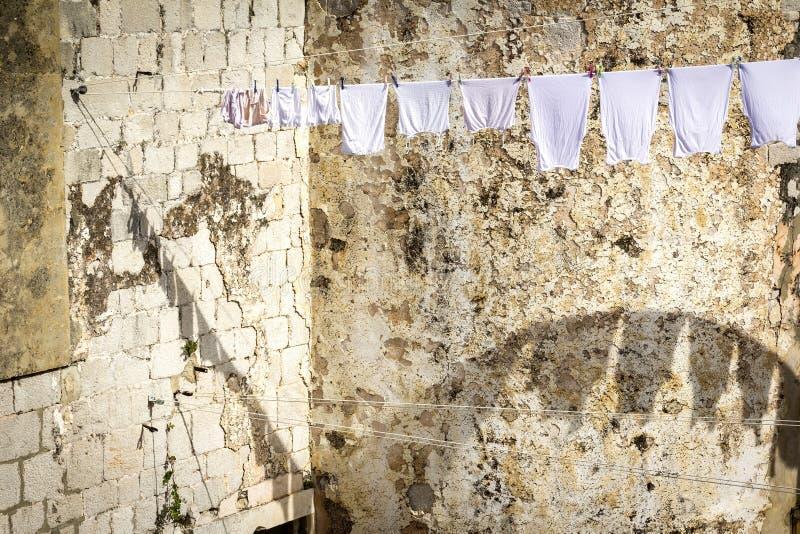Lavanderia suspendida na cidade velha de Dubrovnik foto de stock