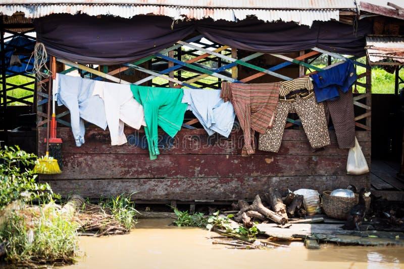Lavanderia in una casa galleggiante in legno sul lago Tonle Sap a Puok, provincia di Siem Reap, Cambogia immagine stock libera da diritti