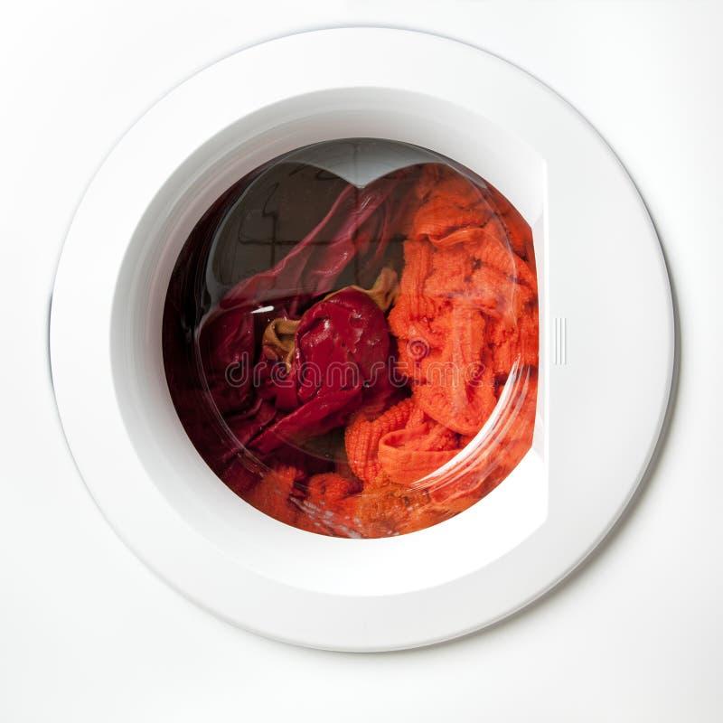 Lavanderia vermelha em uma máquina de lavar foto de stock royalty free