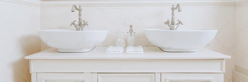 Lavandini eleganti in bagno bianco immagine stock